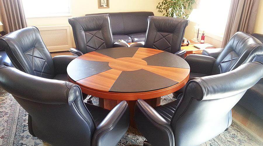 Перетяжка кожаных элементов стола