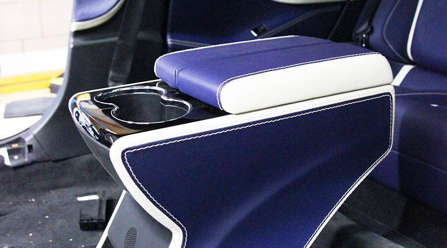 Перетяжка подлокотника кожей Tesla